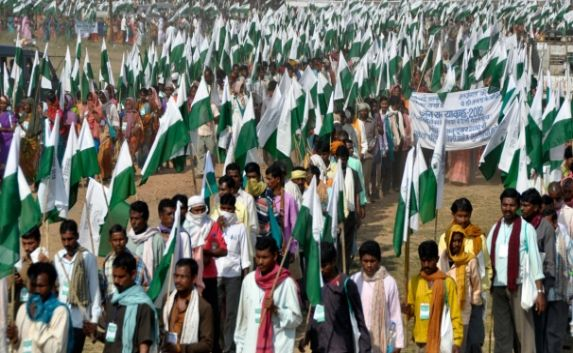 Tens of thousands of India's poorest march on Delhi to demand land rights
